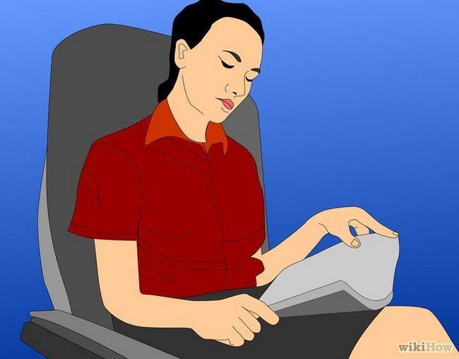 Imagen titulada estar cómodo en un viaje largo en avión Paso 4