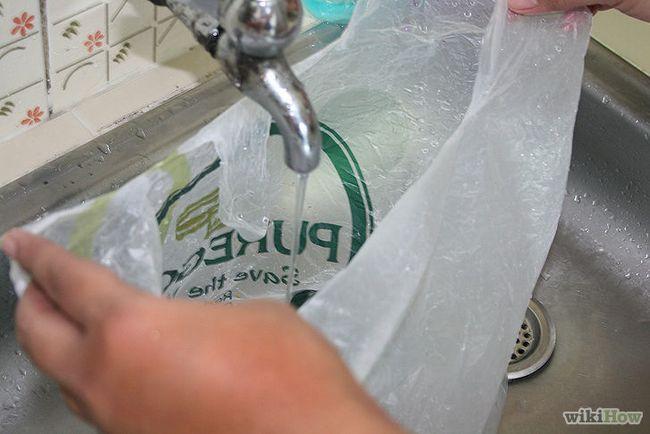 Cómo utilizar una bolsa de plástico como una centrífuga para ensaladeras