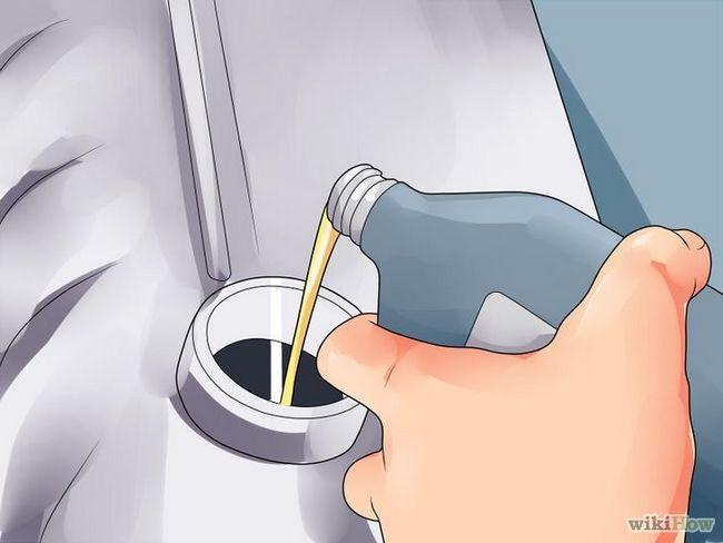 Imagen titulada Revisión del nivel de aceite del coche en el paso 12