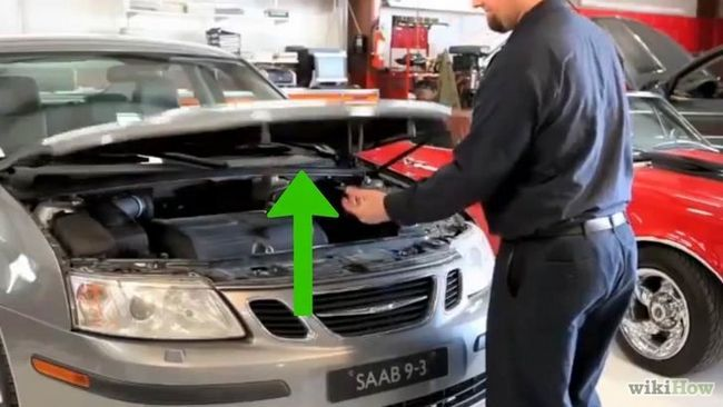 Imagen titulada Revisión del nivel de aceite del coche en el paso 3